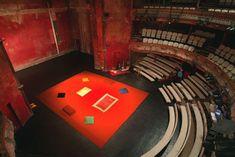 L'espace vide de Brook paraît à l'époque déconcertant et dans sa récente mise en scène de Hamlet aux Bouffes du Nord à Paris en 2000, le tapis qui délimite l'aire de jeu et sur lequel évoluent des acteurs d'origines ethniques multiples17 crée encore une fois la surprise