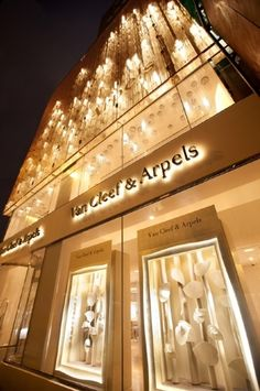 Van Cleef & Arpels - Maison - Facade lighting designed by Leucos designer Patrick Jouin along with Sanjit Manku Van Cleef Arpels, Shopping Spree, Go Shopping, Window Shopping, Facade Lighting, Luxury Store, Shop Till You Drop, Retail Therapy, Murano Glass