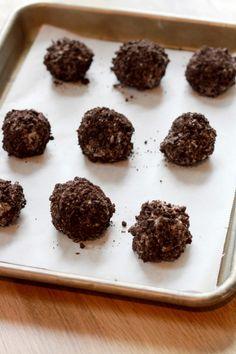 Deze Oreo cheesecake truffels van onze collega's van Culy.nl zijn gemaakt van Oreo's en roomkaas. Slechts tw...