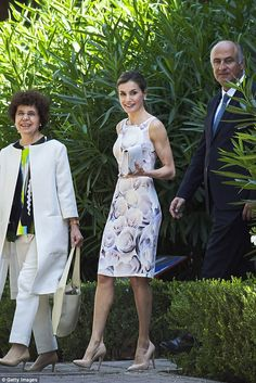 The royal smiles as she strolls through the grounds on a visit toa traditional Students Residence in Madrid