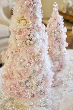 Настольные рождественские елочки из тюли украшенная жемчугом и бисером. .