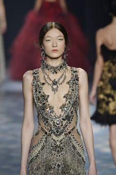 Es la manera más opulenta de poner en valor la prenda, incrustándole las joyas…