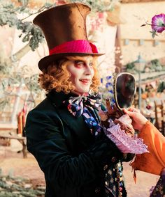 Johnny Depp as The Mad Hatter in Alice Though the looking glass I'm soo excited 125 more days Idk how much longer I can wait! Johnny Movie, Johnny Depp Movies, Johnny Depp Personajes, Johnny Depp Mad Hatter, Have I Gone Mad, Costume Carnaval, Johnny Depp Pictures, Tim Burton Films, Lewis Carroll