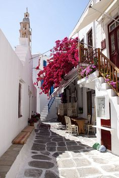 Beautiful cycladic alleys of Mykonos, Greece (by Maggie & David). For all of you who wanted Greece :)