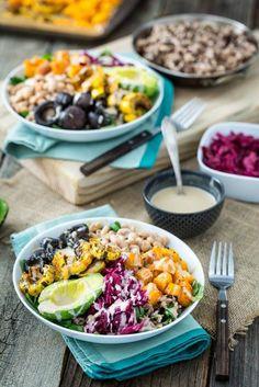 Buddha bowl : riz sauvage + haricots blancs + courge butternut + champignons de Paris + avocat + chou rouge sauce : tahini + lait + jus de citron + sirop d'érable
