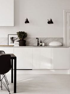 Most current Screen white kitchen marble Thoughts Finding a beautiful all-white your kitchen style could look simple, but it is not. Minimal Kitchen, New Kitchen, Kitchen White, Kitchen Ideas, Kitchen Decor, Kitchen Furniture, Minimalistic Kitchen, Kitchen Dining, Black Kitchens