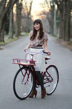 Love this outfit, hair, and vintage beach cruiser. Squee!