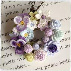 レース編みのちいさなお花、パンジーやバラ、アネモネなどたくさん集めてリース型に仕上げました。ネックレスまたはブローチとしてお使いいただけます。直径約4.8cm|ハンドメイド、手作り、手仕事品の通販・販売・購入ならCreema。