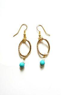 Χρυσά σκουλαρίκια με turquoise πέτρες και άσπρα μαργαριτάρια. Ιδανικό για κάθε στυλ. Gold earings with turquoise gamstones and white pearls. Excellent choice for every style.