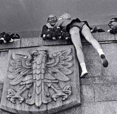 Obchody 22 lipca 1966 r. w Warszawie. Na trybunie honorowej I sekretarz PZPR Władysław Gomułka przyjmuje świąteczne uściski.