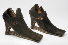 Women's shoe with overshoe sole from approximately 1650. Made of colored goatskin, luggat.