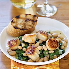 One-pan Seared Scallops with Warm Tuscan Beans literally comes together in 10 minutes! Skip the wine and garlic bread for Phase 3 of the #FastMetabolismDiet
