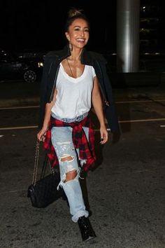 Look de ponte aérea da Sabrina Sato, camisa flanelada, botinha e Chanelzona, receita do sucesso, sem erro!