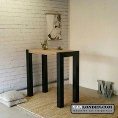 Hoge tafel met poten van staal en blad van steigerhout ... www.vanlonden.com