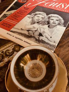 """Zeitschriften aus den 40er Jahren und die Mokkatassen - keine Ahnung. Schön auf jeden Fall, mit Gold und in vielen unterschiedlichen Farben. Freunde wissen genau wo sie schöne, alte Sachen """"deponieren"""" können. Glücklicherweise gibt es auch einen Flohmarkt bei uns in der Nähe"""