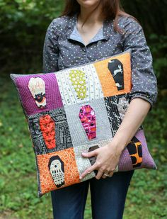 What a fun idea for Halloween fabrics! Free Pattern: Paper Pieced Coffin Quilt Block - In Color Order Halloween Quilt Patterns, Halloween Sewing Projects, Halloween Crafts, Halloween Ideas, Halloween Stuff, Holiday Quilt Patterns, Fall Patterns, Halloween Crochet, Halloween Table