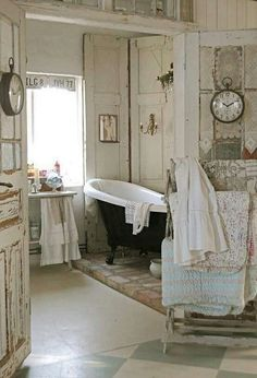 Check Out 25 Lovely Shabby Chic Bathroom Design Ideas. Shabby chic bathrooms are so cute that when you see them, you just can't get enough! Baños Shabby Chic, Cocina Shabby Chic, Shabby Chic Bedrooms, Shabby Chic Kitchen, Shabby Chic Furniture, Shabby Vintage, Vintage Tub, Shabby Chic Quilt Rack, Bedroom Vintage