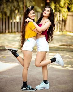 Friend Poses Photography, Teenage Girl Photography, Fashion Photography Poses, Best Photo Poses, Girl Photo Poses, Sister Poses, Sister Picture Poses, Pic Pose, Best Friend Poses