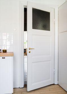 Måttbyggt funkiskök med rundat hörn. Nybyggt i husets originalstil med tidstypiska knoppar och lådhandtag.