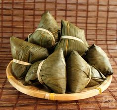 So there is an English name for 粽子.Chinese glutinous rice dumplings with pork (bak chang/zong zi), traditionally eaten during the Dragon Boat Festival. Cooking Chinese Food, Asian Cooking, Dim Sum, Asian Buns, Chinese Mushrooms, Chinese Cake, Chicken Spring Rolls, Chinese Dumplings, Appetizer Dishes