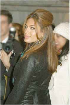 For this look, Eva Mendes has very long, thick hair. Her hair falls long on her back and is build up high on top as the sides have been brushed and gathered towards the back, then clipped in place. Eva Mendes Hair, Short Brunette Hair, Hair Highlights, Auburn Highlights, Pretty Hairstyles, Brunette Hairstyles, Celebrity Hairstyles, Hair Shades, Hair Color And Cut