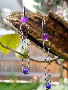 Kunst und Silberdraht Ohrringe mit Glasperlen in lila von LaSolis Wind Chimes, I Shop, Handmade Jewelry, Copper, Gems, Vintage, Stone, Silver, Lilac
