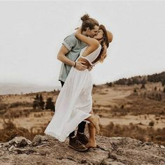 Wedding couple outfits inspiration ideas for 2019 Engagement Photo Outfits, Engagement Photo Inspiration, Engagement Couple, Engagement Pictures, Engagement Ring, Engagement Session, Country Engagement, Winter Engagement, Beach Engagement