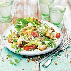 Kikkererwten zitten bomvol eiwitten, ijzer en vitamine B en zijn daarom de perfecte keuze als vleesvervanger. In onderstaande variant combineer je kikkererwten met ui, chilipeper, tomaat, feta en kruiden tot een smaakvolle salade.    1. Meng de...