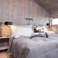 Flott klassisk moderne masterbed i Hedda-hytta. Hygge, Alter, Cottage, Bedroom, Furniture, Home Decor, Style, Swag, Decoration Home