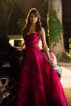 Nina Dobrev as Elena Gilbert in The Vampire Diaries ( TVD ) Vampire Diaries Outfits, The Vampire Diaries, Vampire Diaries Seasons, Vampire Diaries The Originals, Vampire Dairies, Nina Dobrev Vampire Diaries, Elena Gilbert, Star Wars Outfit, Looks Party