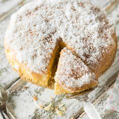 Die Low-Carb-Basis für federleichte Kuchen-Kreationen: Dank Kokosmehl lässt sich der Grundteig auch mit wenig Kohlenhydraten kinderleicht zusammenrühren.