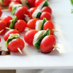 Caprese Skewers - An Easy Summer Appetizer - Inquiring Chef Salade Caprese, Caprese Skewers, Summer Appetizer Recipes, Appetizers For Party, Toothpick Appetizers, Party Snacks, Party Party, Shower Party, Party Time