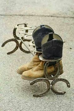 Horseshoe Boot Rack - an easy welding project. Horseshoe Projects, Horseshoe Crafts, Horseshoe Art, Metal Projects, Welding Projects, Welding Ideas, Horseshoe Ideas, Horseshoe Boot Rack, Diy Projects
