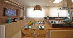 Sala + Cozinha - Mistura de branco, preto, madeira, inox