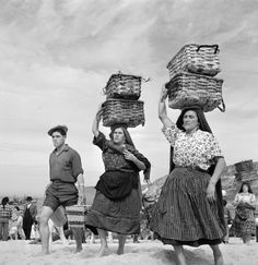 Postings of vintage photos from the mid through World War II. Monochrome Photography, Black And White Photography, Berenice Abbott, Visit Portugal, Working People, My Heritage, Beautiful Islands, Vintage Images, Old Photos