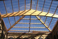 Danpalon Compacto combina la excelente capacidad de transmisión de luz del vidrio, con todas las ventajas del policarbonato puro, convirtiéndolo en un sistema de alto rendimiento. Luz Natural, Roofing Systems, Roofing Materials, Outdoor Rooms, Gazebo, Spain, Louvre, Exterior, Building