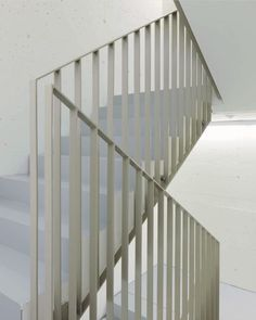 Graphic illusions of linear repetition constituting to beautifully considered architecture. ⠀⠀⠀⠀⠀⠀⠀⠀⠀ Architecture by Fischer Anne-Marie … Staircase Handrail, House Staircase, Interior Staircase, Stairs Architecture, Banisters, Spiral Staircase, Stair Railing, Architecture Design, Railing Design