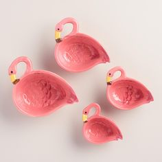Make a tropical splash in your kitchen with this set of 4 pink flamingo measuring cups. Includes: 1/4 cup, 1/3 cup, 1/2 cup, & 1 cup