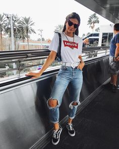 30 outfits para você usar com seu Vans preto T-shirt branca levi Outfit Jeans, Vans Outfit, Vans Old Skool Outfit, Trendy Outfits, Summer Outfits, Cute Outfits, Fashion Outfits, 30 Outfits, 90s Fashion