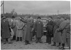 Kannaksella hyökkäyksen pysäyttänyt kenraaliluutnantti Oesch oli saattamassa Moskovaan lähtevää rauhanvaltuuskuntaa Juustilan Ylivedellä 7. syyskuuta 1944. Vasemmalla valtuuskunnan jäsen Vuoksenniskan terästehtaiden omistaja vuorineuvos Bengt Grönblom, saattajana kenraalimajuri Antero Svensson sekä neuvottelijat pääministeri Antti Hackzell ja siviilipuvussa jalkaväenkenraali Erik Heinrichs.