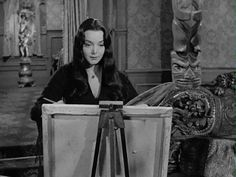 morticia addams carolyn jones gif - This is me, sometimes, when I paint! Morticia Addams, Gomez And Morticia, The Addams Family 1964, Addams Family Tv Show, Adams Family, Dark Beauty, Gifs, Picsart, Silence In The Library