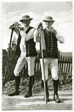 Zwei Männer in Schwälmer Tracht, 1930-1938