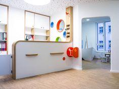 Empfangstresen Kinderarztpraxis: der Sitz ist praktisch