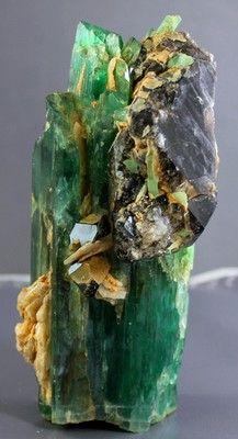Hiddenite Kunzite Crystal w Quartz and Cleavlandite