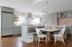 Find Cool L-Shaped Kitchen Design for Your Home Now! : Find more ideas: Narrow L-shaped Kitchen Large L-shaped Kitchen Ideas L-shaped Kitchen With Pantry L-shaped Kitchen Floor Plans L-shaped Galley Kitchen Design Kitchen Seating, Kitchen Island With Seating, Kitchen Nook, New Kitchen, Kitchen Islands, Wooden Kitchen, Kitchen Booths, Kitchen Decor, Kitchen Ideas For L Shaped Room
