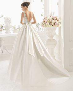 Klassisches Kleid aus Mikado-Seide mit U-Boot-Ausschnitt und Rücken in V-Form mit großer Schleife, naturweiß. Klassisches Kleid aus Duchesse-Satin mit U-Boot-Ausschnitt und Rücken in V-Form mit großer Schleife, elfenbeinfarben. Klassisches Kleid aus Mikado-Seide, U-Boot-Ausschnitt mit Strassbestickung, Rücken in V-Form mit großer Schleife, naturweiß. Klassisches Kleid aus Duchesse-Satin, U-Boot-Ausschnitt mit Strassbestickung, Rücken in V-Form mit großer Schleife, […]