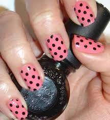 son unas uñas  de color rosado con punto negro