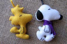 Chaveiros Snoopy e Woodstock | Artes da Lelê | Elo7 Charlie Brown Christmas Decorations, Felt Christmas Decorations, Felt Christmas Ornaments, Christmas Crafts, Snoopy E Woodstock, Peanuts Christmas, Felt Gifts, Felt Dogs, Felt Fabric