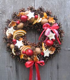 Jablko se skořičí a pomeranči Závěsný adventní věnec na dveře na slámovém základu o průměru cca 29-30cm doplněný přírodními materiály, hvězdičkami z pomerančové a břízové kůry. Slouží pouze jako dekorace.