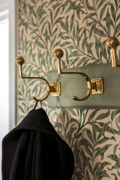 Gold hardware + botanical wallpaper - New Deko Sites Morris Wallpapers, William Morris Wallpaper, William Morris Tapet, Botanical Wallpaper, Deco Design, Design Design, Interior Inspiration, Interior And Exterior, Beautiful Homes
